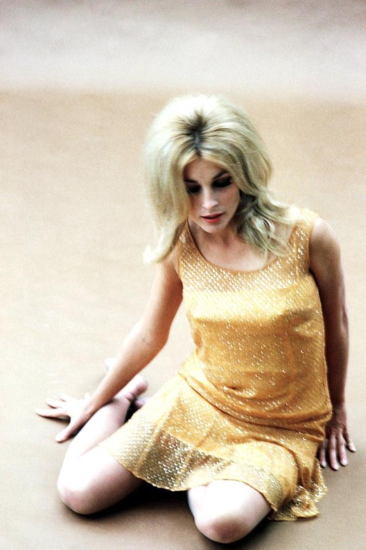 Sharon TATE est une actrice américaine, née le 24 janvier 1943 à Dallas et morte le 9 août 1969 à Los Angeles. Mariée au réalisateur Roman POLANSKI, elle fut assassinée chez elle par des membres de la communauté appelée « la famille » dirigée par Charles MANSON, alors qu'elle était enceinte de huit mois.