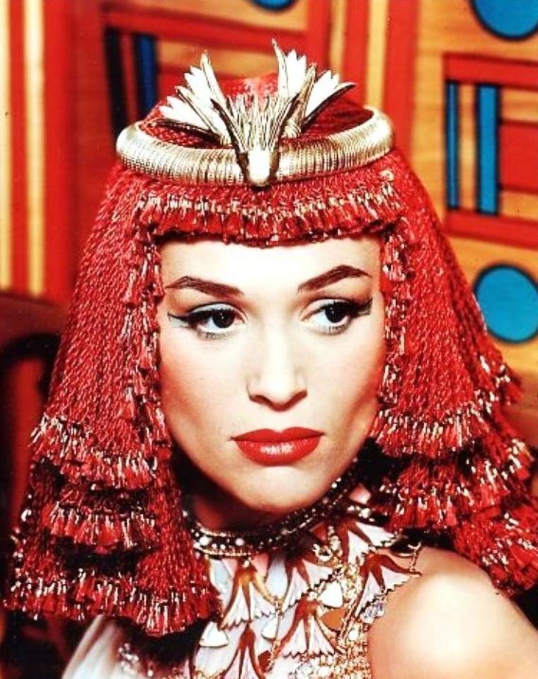 Bella DARVI (de son vrai nom Bayla WEGIER), née le 23 octobre 1928 à Sosnowiec (Pologne) et décédée le 17 septembre 1971 à Monte-Carlo (Monaco), était une actrice polonaise.