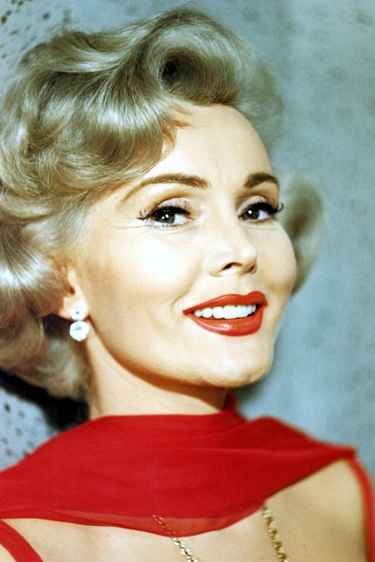Zsa Zsa GABOR (née Sári GABOR le 6 février 1917) est une actrice américaine, d'origine hongroise. En 1936, elle est élue Miss Hongrie, puis vient tenter sa chance à Hollywood. Elle est surtout connue pour ses ennuis judiciaires, ses scandales financiers, son style flamboyant, son goût pour les bijoux et le luxe, et pour ses nombreux mariages. Elle a eu un seul enfant, Constance Francesca HILTON (en 1947), de son mariage avec Conrad HILTON, le fondateur de la chaîne d'hôtels HILTON.