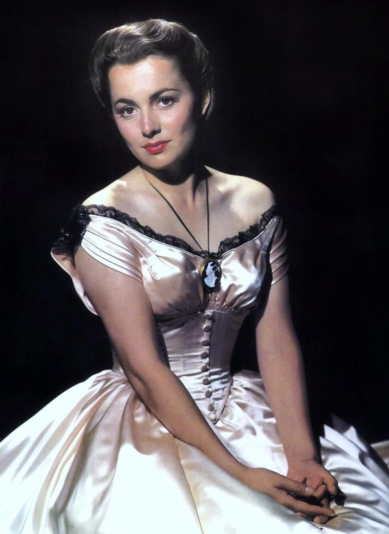 Olivia Mary De HAVILLAND, née le 1er juillet 1916 à Tokyo (Japon), est une actrice américaine d'origine anglaise. Olivia est la fille de parents anglais, l'avocat Walter De HAVILLAND et l'actrice Lillian FONTAINE. Sa s½ur n'est autre que Joan FONTAINE (née en 1917).