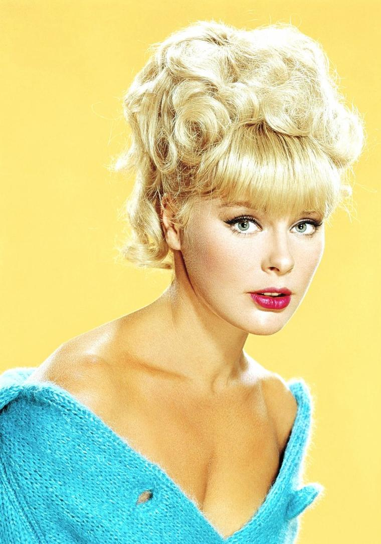 """Elke SOMMER, née Elke SCHLETZ, est une actrice, animatrice, chanteuse et peintre allemande, née le 5 novembre 1940 à Berlin (Allemagne). Elle débuta dans des films en Italie vers la fin des années 1950. Elle devient rapidement un sex-symbol et se rend à Hollywood au début des années 1960. Elle devient aussi l'une des pin-up les plus populaires de cette époque pour le célèbre magazine """"Playboy"""". Elle a aussi été chanteuse. Elle vit maintenant à Los Angeles, Californie."""