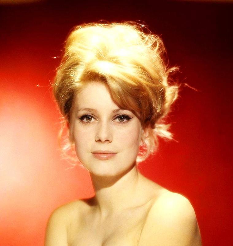 Catherine DENEUVE, née Catherine DORLEAC le 22 octobre 1943 à Paris, est une actrice française.