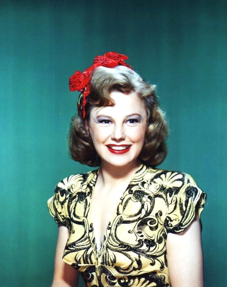 June ALLYSON, de son vrai nom Ella GEISMAN, était une actrice américaine née le 7 octobre 1917 dans le quartier du Bronx (New York), État de New York. Elle est décédée le 8 juillet 2006 à Ojai en Californie, d'une complication pulmonaire occasionnée par une bronchite aiguë.