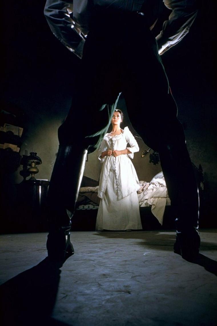 """Claire BLOOM est une actrice anglaise, née le 15 février 1931 à Londres (Royaume-Uni). Elle fut mariée à Rod STEIGER puis à Philip ROTH et vécut deux expériences romantiques avec Richard BURTON et Laurence OLIVIER. Son rôle le plus connu reste certainement celui de la jeune danseuse Terry recueillie et aidée par Charles CHAPLIN dans """"Les Feux de la rampe"""". Elle assista très émue à une projection exceptionnelle du film cinquante ans plus tard sur la Piazza Maggiore de Bologne devant quatre mille spectateurs et rappela combien ce chef d'½uvre avait compté dans sa carrière."""
