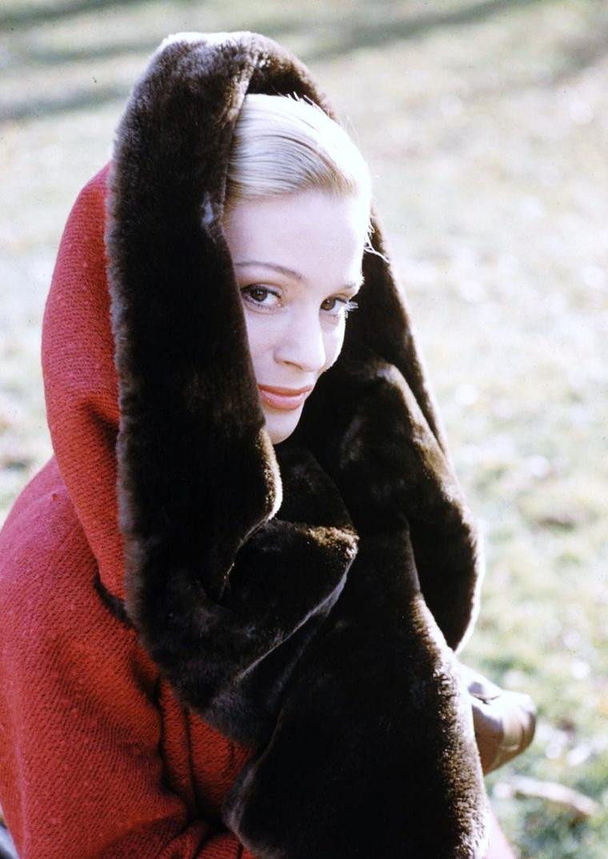 Ingrid THULIN (parfois Ingrid TULEAN) est une actrice suédoise née le 27 janvier 1926 à Sollefteå, Ångermanland dans le nord de la Suède, et décédée à Stockholm le 7 janvier 2004. Elle était, avec Greta GARBO et Ingrid BERGMAN, la plus connue des actrices suédoises. Elle incarna l'archétype de la beauté nordique, froide et mystérieuse. Elle fut l'égérie du cinéaste Ingmar BERGMAN et a également travaillé sous la direction de Luchino VISCONTI, Vincente MINNELLI et Alain RESNAIS.