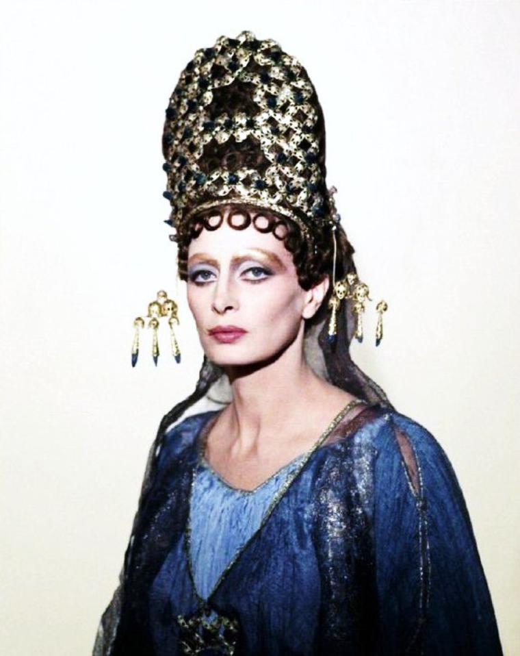 Capucine, née le 6 janvier 1931 à Saint-Raphaël (France) et morte le 17 mars 1990 à Lausanne (Suisse), est une actrice française.