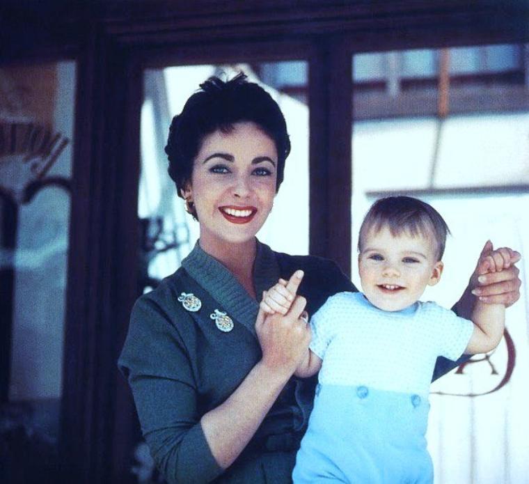 Elizabeth TAYLOR une maman aussi : elle épouse Michaël WILDING le 21 Février 1952 avec lequel elle aura deux fils, Michaël et Christopher ; le couple divorcera le 26 Janvier 1957.