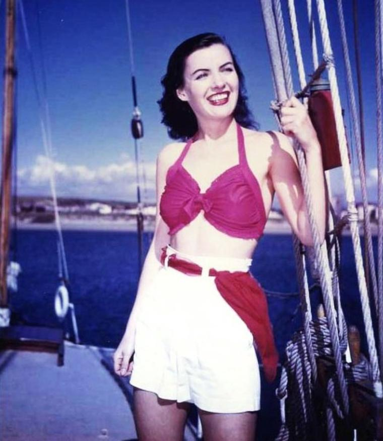 Ella RAINES est une actrice américaine, née Ella WALLACE RAINES le 6 août 1920 et décédée le 30 mai 1988.