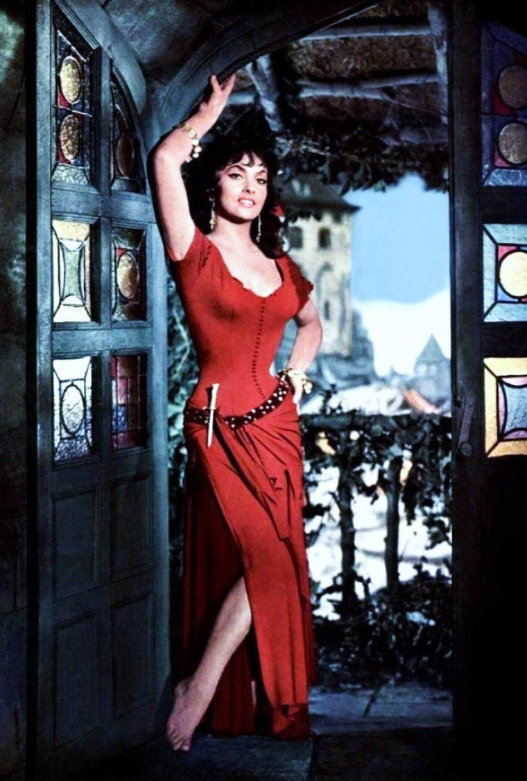 """Quand la belle Gina (LOLLOBRIGIDA) incarne Esméralda dans """"Notre-Dame de Paris"""", un film franco-italien réalisé par Jean DELANNOY, sorti le 19 décembre 1956."""