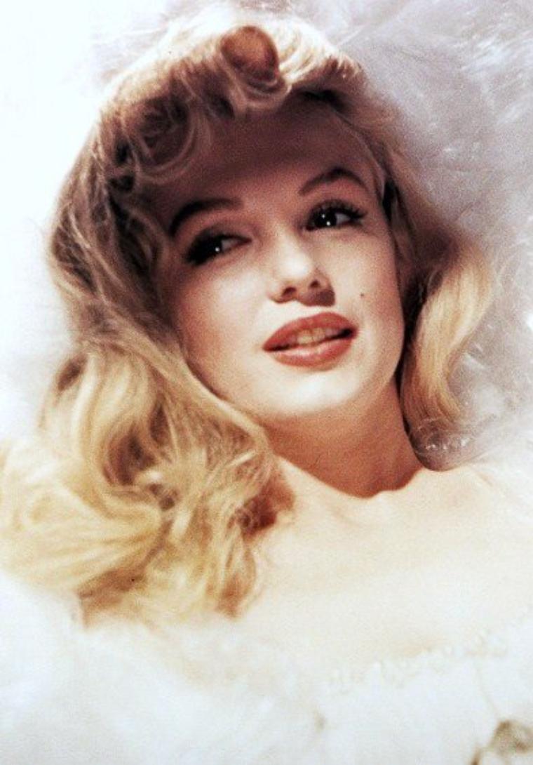 HOMMAGE à Marilyn MONROE : Le dimanche 5 Août 1962, le monde se réveille avec une annonce tragique, celle de la mort de Marilyn dans sa villa de Brentwood, à Beverly-Hills... Marilyn aurait fêté cette année son 86ème anniversaire ; il y a tout juste 50 ans disparaissait l'icône. PETIT HOMMAGE à la STAR avec ces 80 PHOTOS CHOISIES (qui me tiennent à coeur) parmi des milliers...