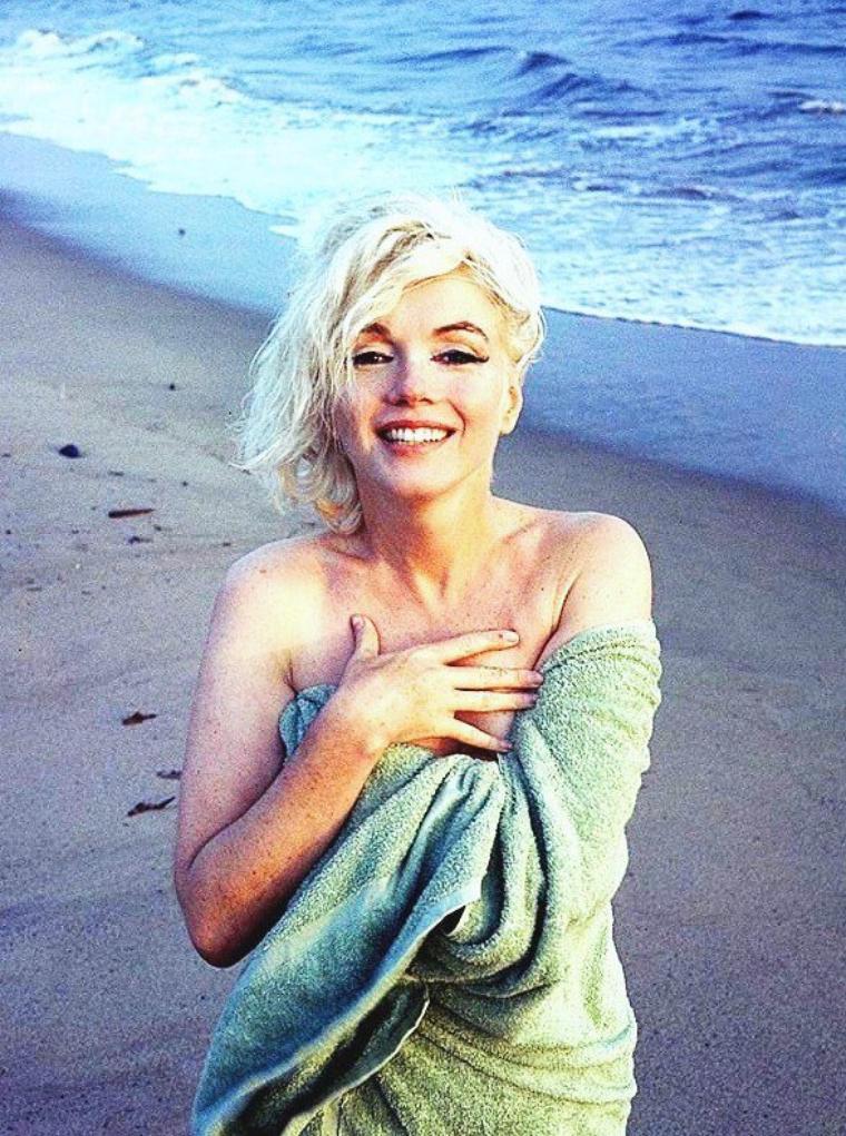 Entre Juin et Juillet 1962, Marilyn pose pour George BARRIS sur la plage de Santa-Monica... Elle décèdera en Août de la même année... à l'âge de 36 ans.