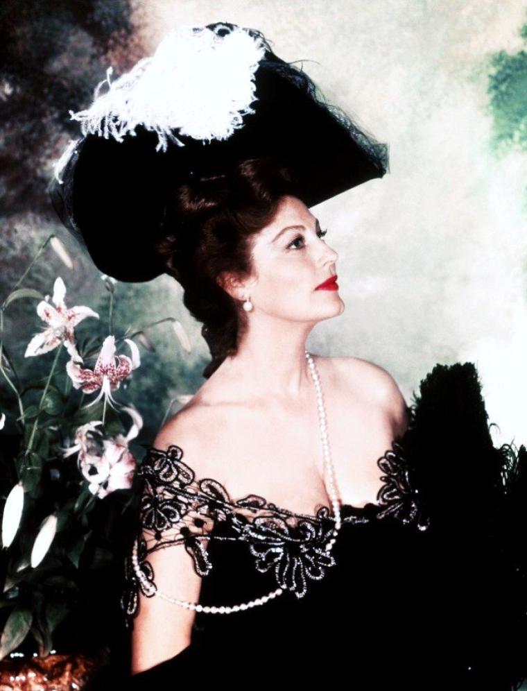 """Ava GARDNER est la Baronne Nathalie IVANOFF aux côtés de Charlton HESTON et David NIVEN dans le film """"Les 55 jours de Pekin"""" en 1963."""