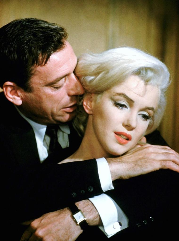 """LES AMANTS TERRIBLES  / En 1959-60, Marilyn MONROE est complètement déprimée. Elle a déjà eu quelques fausses couches, et la reconnaissance du public ne lui suffit plus. Elle s'implique alors à fond dans son nouveau film, """"Le Milliardaire"""". Un peu trop même, puisqu'une idylle naît entre elle et Yves MONTAND, une incartade à laquelle l'artiste français mettra vite fin. Simone SIGNORET pardonne l'écart, Arthur MILLER ne veut pas en entendre parler. Marilyn MONROE, tombée réellement amoureuse de MONTAND, s'enfonce de plus en plus dans la dépression. Elle se console un temps dans les bras de Marlon BRANDO."""