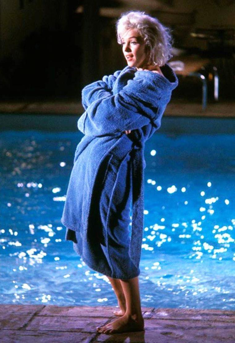 """1962 / Marilyn pose pour Lawrence SCHILLER lors du tournage de son dernier film inachevé, """"Something's got to give""""."""