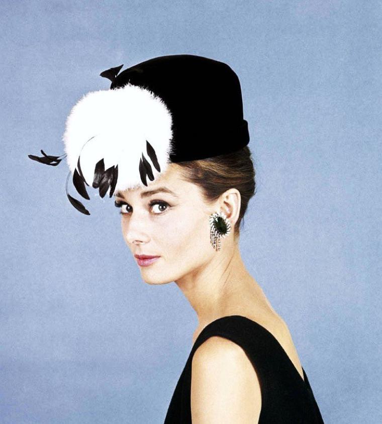 """1961 / Superbe Audrey HEPBURN dans le film mythique """"Diamants sur canapé"""" (Breakfast at Tiffany's) de Blake EDWARDS, adapté de la nouvelle homonyme de Truman CAPOTE. (à écouter sur ce blog Audrey chanter une des chansons du film)."""