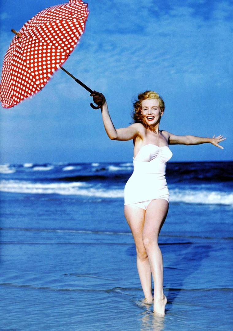 1945 / Norma Jeane as Marilyn MONROE by Andre DeDIENES, Santa Monica beach.
