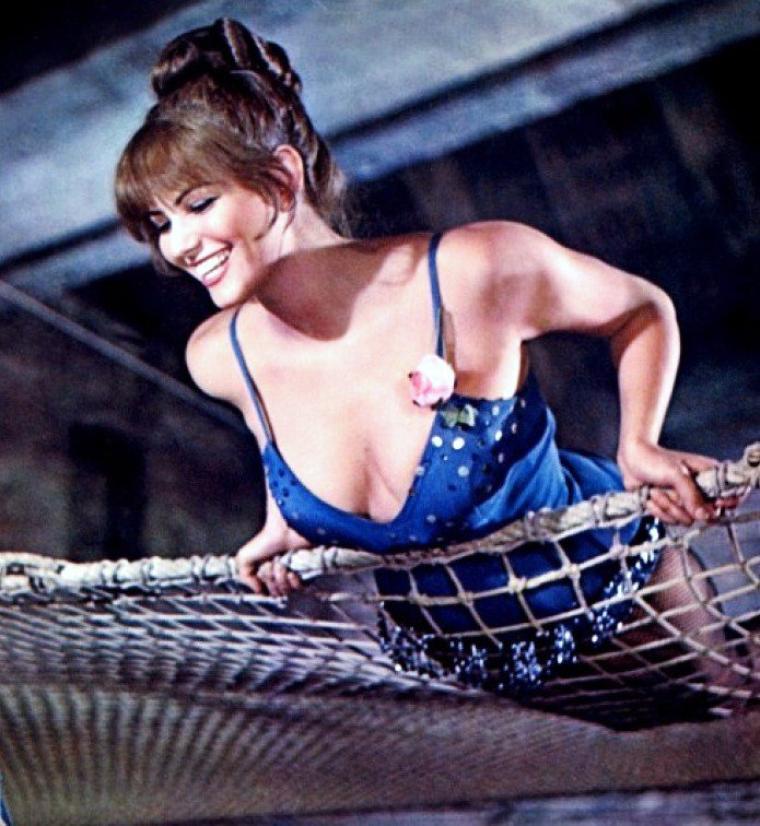 """1964 / Quand 2 grandes STARS tournent ensemble ; Rita HAYWORTH et Claudia CARDINALE dans """"Le plus grand cirque du monde"""" aux côtés de John WAYNE entre autres."""