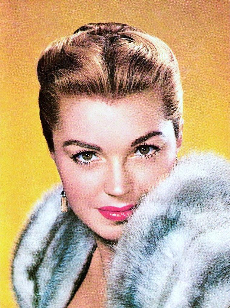 La fraîcheur s'est installée... Les belles sortent leur manteau de fourrure... (de haut en bas) Anita EKBERG / Ava GARDNER / Esther WILLIAMS / Bette DAVIS / Grace KELLY / Marilyn MONROE / Ingrid BERGMAN / Ann MARGRET