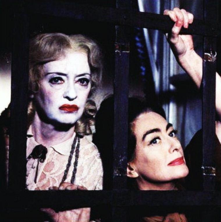 """Duo mythique : Bette DAVIS et Joan CRAWFORD dans le film """"Qu'est-il arrivé à Baby-Jane"""" (1962)."""