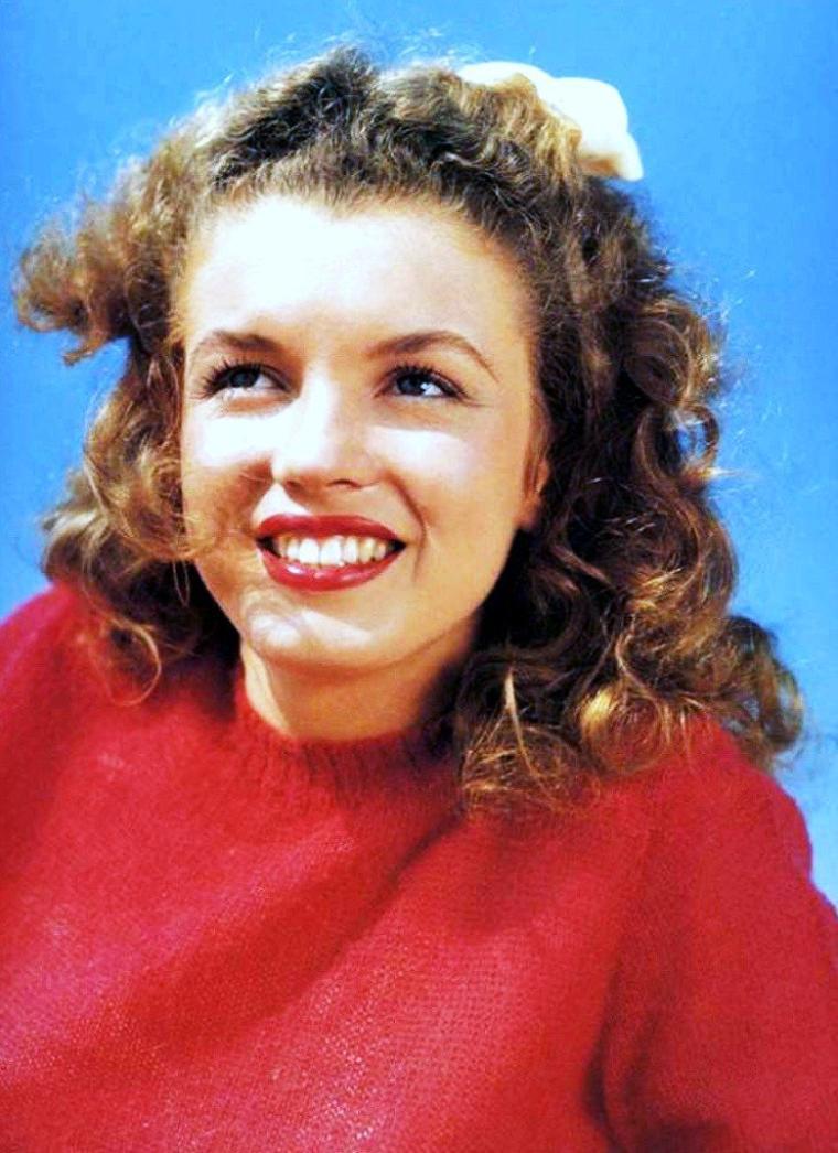 Young Marilyn MONROE... (Beaucoup de photos de Marilyn figurent dans ce blog, car je suis un inconditionnel de la STAR). D'ailleurs je lui consacre un blog qui hélas n'est pas terminé... (http://legend-marilyn-monroe.skyrock.com/).