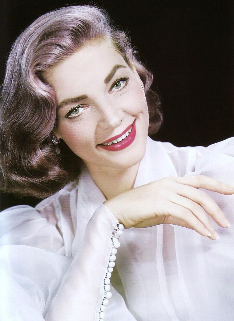 Lauren BACALL / Elle fut surnommée « The Look », « Le Regard ». Mais son timbre de voix grave, profond, d'intensité très basse, la caractérisait également, comme sa silhouette élancée, élégante, aux postures langoureuses et provocantes. Au même titre que Katharine HEPBURN, de quatre ans son aînée, elle incarne une certaine modernité féminine qui apparaît dans les années 1940. Ou plutôt une image de la femme moderne qui va modeler l'imaginaire d'une nouvelle génération de spectateurs aussi bien féminins que masculins.