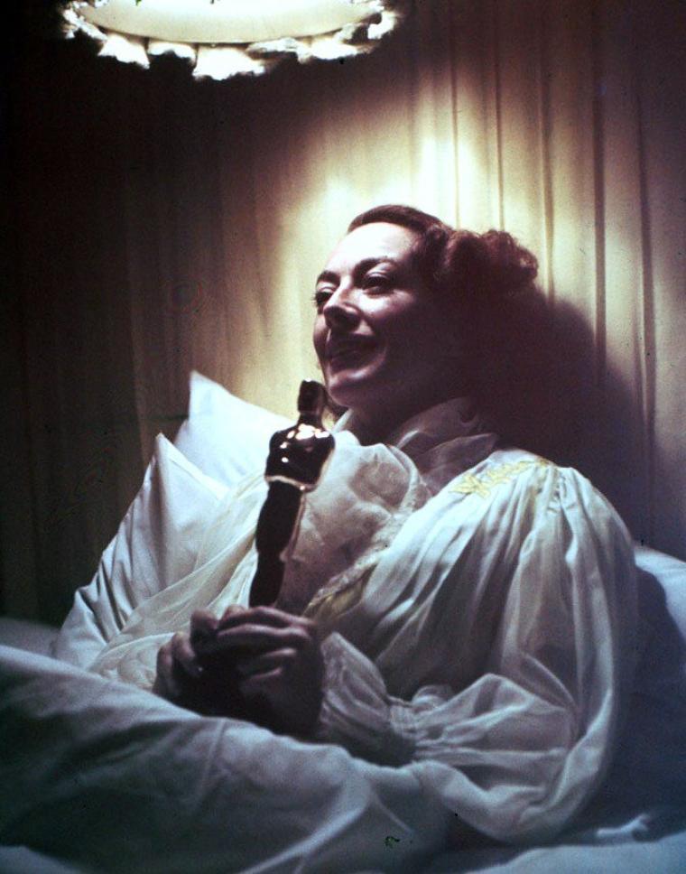 Récompenses / Huit STARS ayant reçu au moins un Oscar ou un Golden globe au cours de leur carrière (de haut en bas) Joan CRAWFORD (1946) / Anne BAXTER (1947) / Grace KELLY (1954) / Marilyn MONROE (1960) / Elizabeth TAYLOR (1961) / Shirley TEMPLE (1961) / Shirley JONES (1961) / Julie ANDREWS (1965)