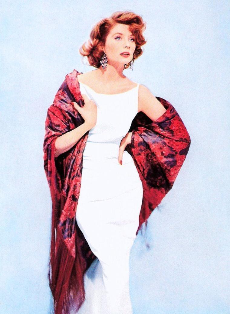 """MINI-BIO / Suzy PARKER fut un des visages les plus reconnaissables des années 50 et l'annonciatrice du top model. Elle fut une des beautés légendaires du monde de la mode qui était très bien payé. Elle fut photographiée à Paris, Londres, Rome et à New York par tous les créateurs de mode les plus connus. Elle fut également la signature de Coco CHANEL.  Elle commença sa carrière grâce à Stanley DONEN qui lui donna son premier rôle dans (""""Drôle de frimousse"""" - (Funny face) en 1958), aux cotés de Fred ASTAIRE et Audrey HEPBURN. Jack LEE lui donna le rôle principal dans (""""Interrogatoire secret"""" - (A circle of deception) en 1960), aux cotés de son futur mari, Bradford DILLMAN, qu'elle épousera en 1963 et dont elle aura 3 enfants. Elle décida d'arrêter sa carrière et de confier ses talents à être la meilleure épouse et mère."""