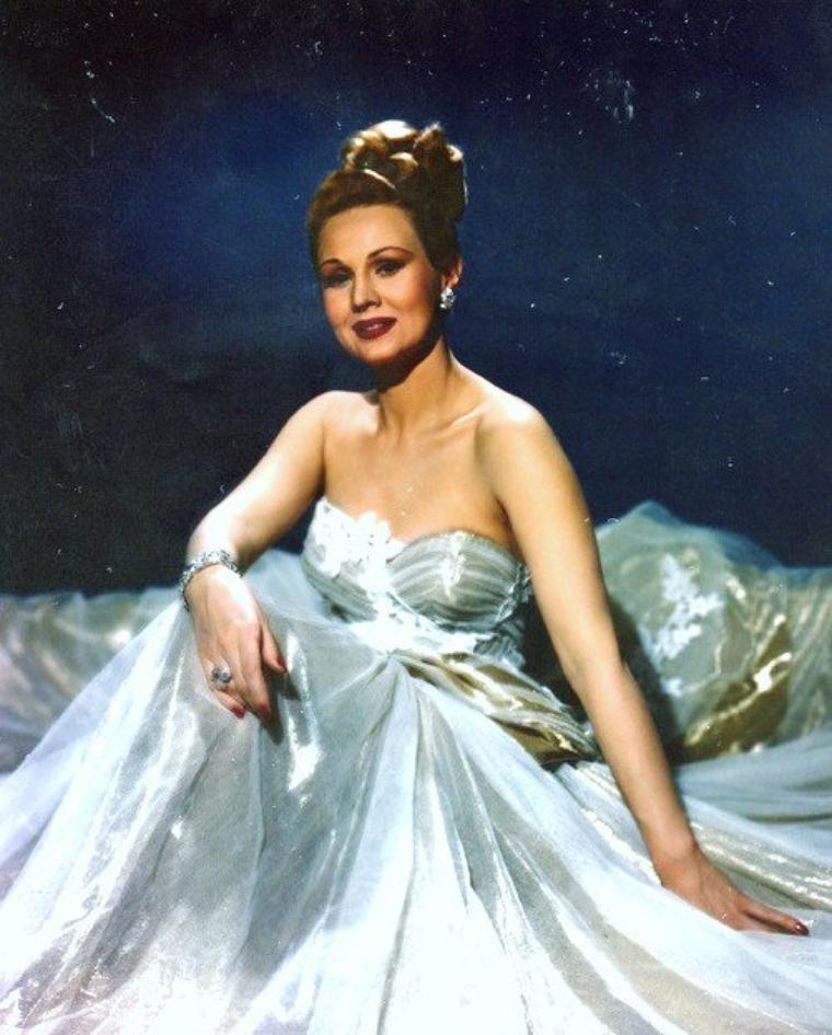 """MINI-BIO / Virginia MAYO a incarné la blonde pulpeuse des années Quarante et Cinquante aux côtés de James CAGNEY et de Gregory PECK, notamment dans """"Capitaine Sans Peur"""", de Raoul WALSH. Repérée très jeune dans une revue à Broadway, Virginia MAYO a connu la gloire dans plus de cinquante film dont """"L'enfer est à lui"""", toujours de Raoul WALSH avant de se retirer définitivement du cinéma pour se consacrer à la peinture. Virginia MAYO, qui est décédée d'une pneumonie et d'un arrêt cardiaque à la suite d'une longue maladie, s'est éteinte à l'âge de 84 ans, le 17 janvier 2005 près de Los Angeles."""