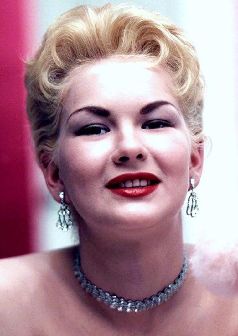 Une pin-up est une femme dont on accroche la représentation photographique ou artistique dans une pose attirante ou « sexy », d'où l'expression anglaise de « pin-up girl » qui pourrait se traduire en français par « jeune fille épinglée au mur ». Depuis leur apparition au début du XXème siècle, les pin-up sont restées un symbole du charme et d'érotisme régulièrement remis au goût du jour. (de haut en bas) Carol RAE / Marlene CALLAHAN / Bettie PAGE / Lynne O'NEILL / Mara CORDAY / Janet PILGRIM / Betty BROSMER / June WILKINSON