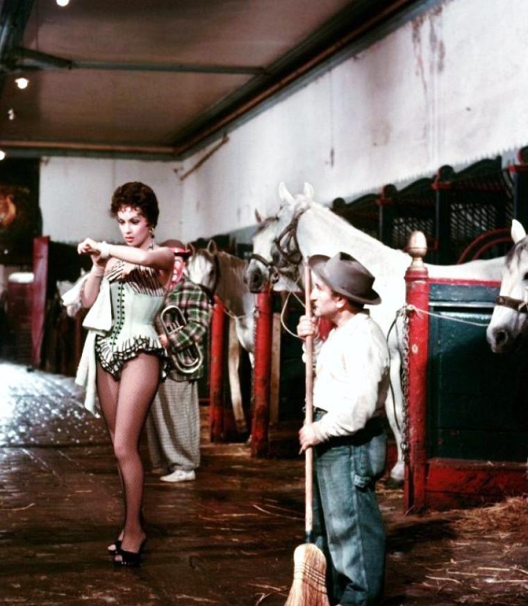 """1956 / La belle Gina LOLLOBRIGIDA incarne Lola dans le film """"Trapèze"""" aux côtés de Burt LANCASTER et Tony CURTIS..."""