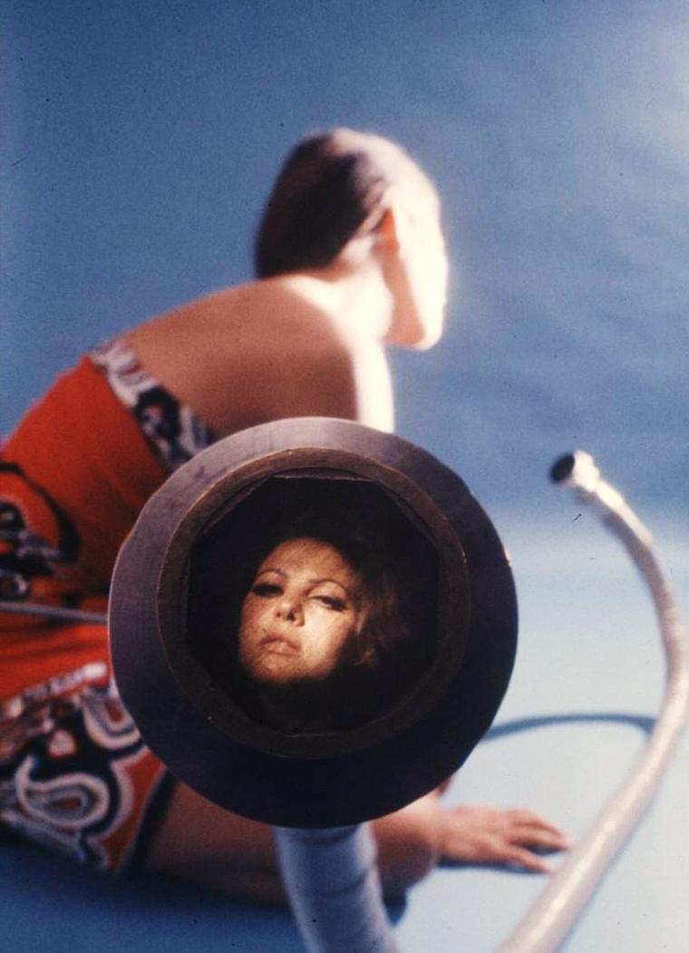 CURIOSITY : Image converter camera with Natalie WOOD and Claudia CARDINALE (in red) by Ralph CRANE...