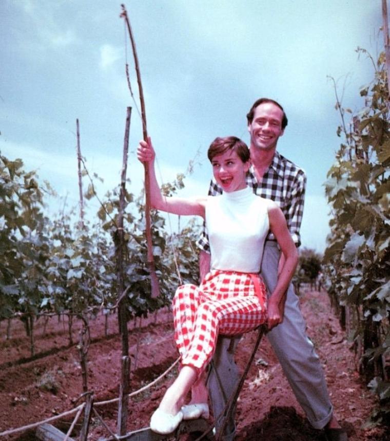 """Couple de légende : Audrey HEPBURN et Mel FERRER / En juillet 1953, lors d'une fête organisée à Londres pour la première de """"Vacances Romaines"""", Gregory PECK présente Audrey à un de ses amis, Mel FERRER. Celui-ci a déjà divorcé deux fois, est père de quatre enfants, acteur, metteur en scène et réalisateur, et de douze ans son aîné. La chimie entre eux est instantanée et ils tombent très vite amoureux. Il lui envoie le scénario de la pièce """"Ondine"""", qui devra être jouée à Broadway, et dans laquelle il espère qu'ils auront les deux rôles principaux. Elle l'aime et est d'accord si Mel est son partenaire. C'est le début d'une longue collaboration artistique. En août 1954, Mel FERRER la rejoint en Suisse et la demande en mariage, ce qu'elle accepte. Ils se marient civilement le 24 septembre à Buoche, sur le rivage du Lac Lucerne (Suisse), et confirment leurs v½ux religieusement le lendemain, dans la chapelle de Bürgenstock. Le 17 juillet 1960 à Lucerne, Audrey donne naissance à leur fils, Sean. Suite à de nombreux différents professionnels (Mel veut qu'elle fasse plus de films, tandis qu'Audrey souhaite passer plus de temps avec Sean), on annonce en septembre 1967 qu'Audrey et Mel vivent maintenant séparés. Ils divorcent officiellement le 20 novembre 1968."""