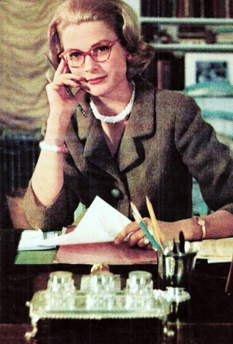 """CITATION / « La vie est faite de ces petits bonheurs quotidiens dont on se lasse, dont il faut être privé pour apprécier la valeur... » de René OUVRARD / Extrait du """"Débâcle sur la Romaine"""" (de haut en bas) Scénettes de la vie quotidienne... Lire le journal avec Brigitte BARDOT / Préparer le petit déjeuner des enfants avant l'école avec Maureen O'HARA / Le travail au bureau avec Grace KELLY / Se faire un """"MacDO"""" au déjeuner avec Lauren BACALL et Marilyn MONROE / Laver la voiture avec Donna LYNN / Faire les courses avec Eleanor PARKER / Passer prendre le pain à boulangerie de Suzanne FLON / Ballade dominicale en amoureux avec Joanne WOODWARD et Paul NEWMAN... La vie quoi !"""