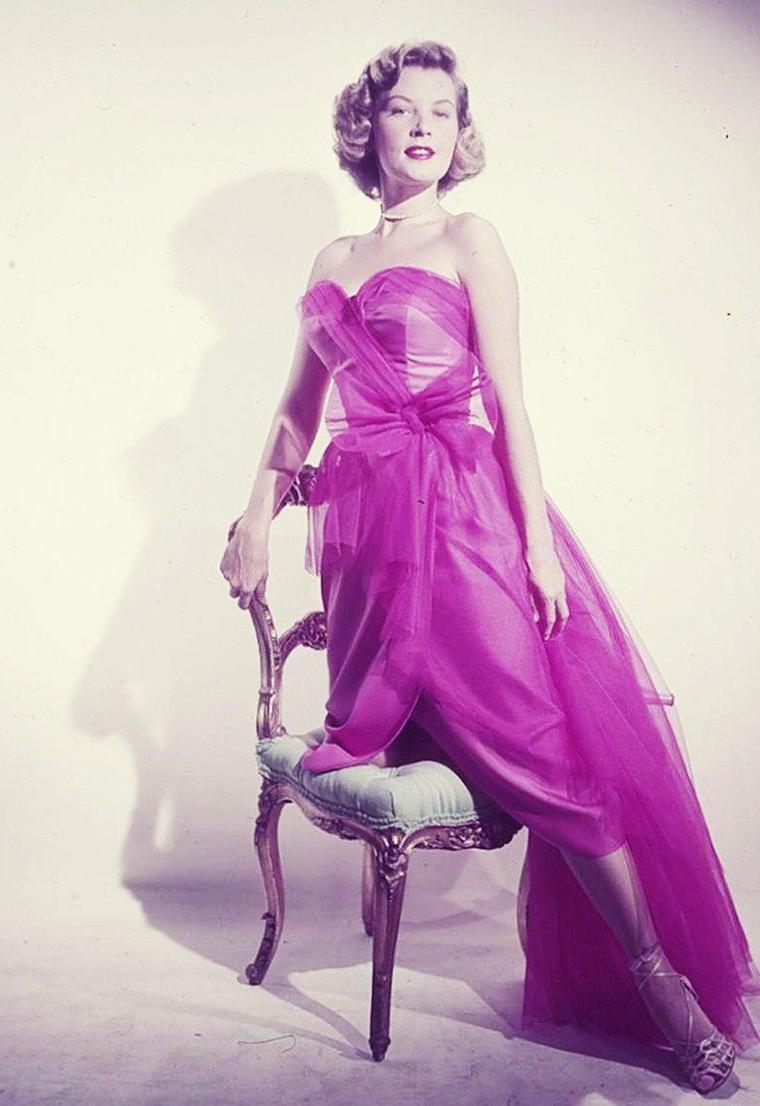 Barbara BATES (de son vrai nom Barbara Jane BATES) est une actrice américaine née à Denver (Colorado) le 6 août 1925 et décédée dans la même ville le 18 mars 1969 à l'âge de 43 ans. Elle s'est suicidée par inhalation de gaz.