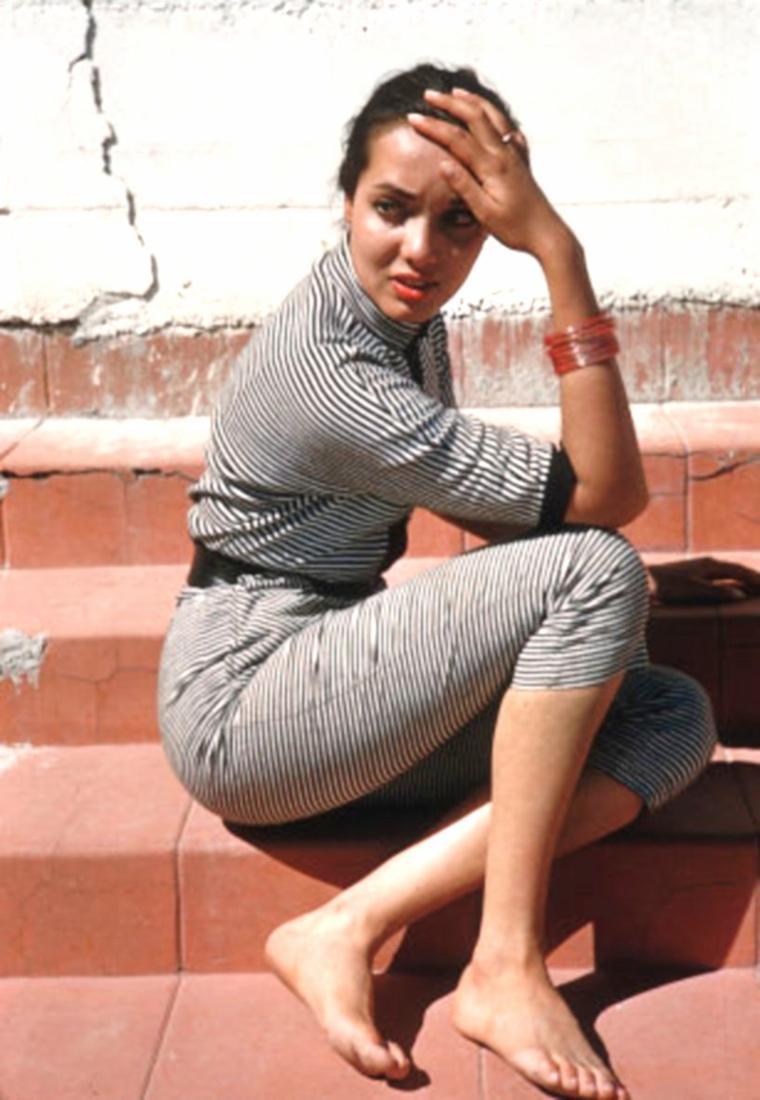 """Anna KASHFI est une actrice anglaise, née Joanna O'CALLAGHAN le 30 septembre 1934 à Calcutta (Inde ; alors Inde britannique). Tentant sa chance à Hollywood, Anna KASHFI rencontre Marlon BRANDO, dont elle est la première épouse d'octobre 1957 à avril 1959 ; de cette brève union — conclue par un divorce — est né un fils, Christian BRANDO (en) (1958-2008). Elle contribue au cinéma à seulement quatre films américains à la fin des années 1950, dont le film de guerre """"Les Ailes de l'espérance"""" de Douglas SIRK (1957, avec Rock HUDSON et Dan DURYEA) et le western """"Cow-boy"""" de Delmer DAVES (1958, avec Glenn FORD et Jack LEMMON). À la télévision, hormis quelques prestations comme elle-même, Anna KASHFI apparaît dans quatre séries américaines de 1959 à 1963 — année où elle se retire —, dont """"Aventures dans les îles"""" (un épisode, 1959) et """"The Deputy"""" (un épisode, 1960)."""