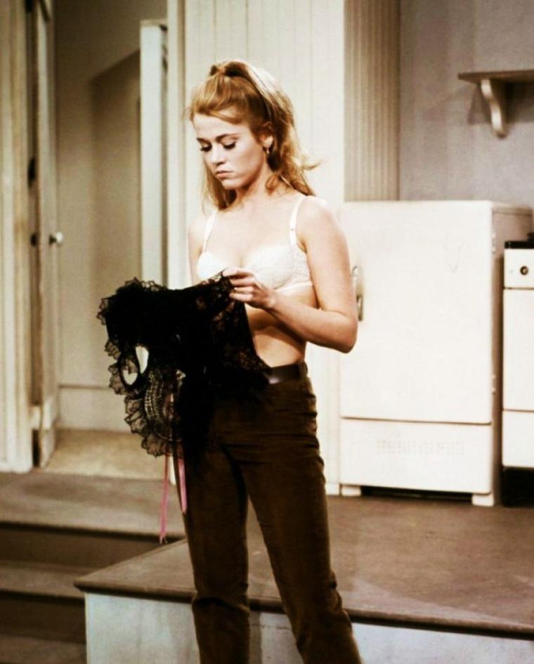 """1967 / Quand Jane rencontre Robert (REDFORD), dans cette petite comédie de Gene SAKS, """"Pieds nus dans le parc' (Barefoot in the park) / SYNOPSIS / Après une lune de miel de six jours à l'hôtel Plazza, Corrie et Paul s'installent dans leur appartement de Greenwich Village, un 6e étage sans ascenseur. Fêtarde de nature, Corrie participe à des soirées, et ne finit pas de se plaindre du manque de fantaisie de son avocat de mari, Paul. Très rapidement, elle aborde le sujet du divorce..."""