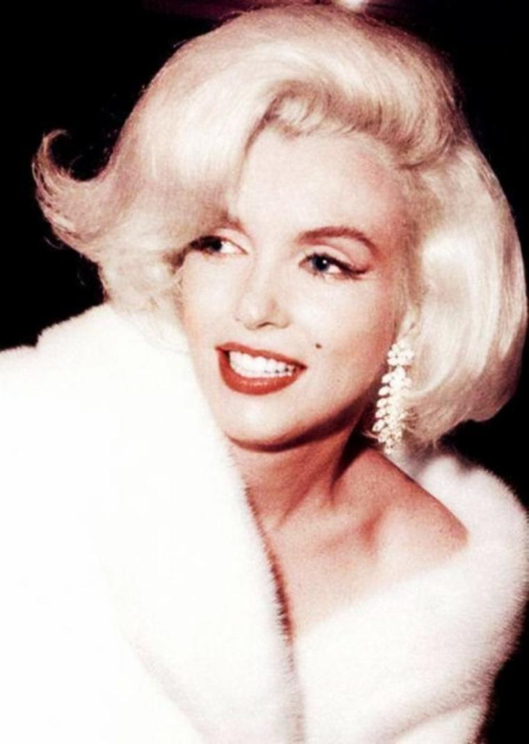 """8 MARS / En votre honneur mesdames, les 8 STARS les plus populaires (à mes yeux) afin de célébrer ce jour particulier qu'ai """"La journée Internationale de la femme""""... Leurs seuls prénoms suffit à évoquer le rêve ! : (de haut en bas) Audrey / Ava / Elizabeth / Brigitte / Rita / Marilyn / Romy / Sophia / La journée internationale de la femme, ou journée internationale des droits des femmes, est célébrée le 8 mars. Elle trouve son origine dans les manifestations de femmes au début du XXème siècle en Europe et aux États-Unis, réclamant l'égalité des droits, de meilleures conditions de travail et le droit de vote. Elle a été officialisée par les Nations unies en 1977, invitant chaque pays de la planète à célébrer une journée pour le féminisme et les droits des femmes. La journée de la femme fait partie des 87 journées internationales initiées ou reconnues par l'ONU. C'est une journée de manifestations à travers le monde : l'occasion de revendiquer l'égalité et de faire un bilan sur la situation des femmes dans la société. Traditionnellement les groupes et associations de femmes militantes préparent des manifestations partout dans le monde, pour faire aboutir leurs revendications, améliorer la condition féminine, fêter les victoires et les avancées. BONNE JOURNEE à toutes mes jolies amies BLOGUEUSES !"""