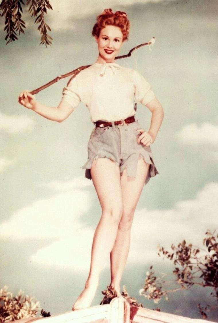 BON DIMANCHE ! / Quelques exemples d'activités dominicales : (de haut en bas) Ballade en amoureux (Brigitte BARDOT and Laurent TERZIEFF) / Ballade à vélo (Barbara STANWYCK and her son Anthony) / Ballade en forêt (Audrey HEPBURN) / Ballade à cheval (Carroll BAKER) / Se faire un ciné (Diana LEWIS and her husband William POWELL, Ann RUTHERFORD) / Aller à la pêche (Virginia MAYO) / Faire un tennis (Stella STEVENS) / Se faire une sortie en mer (Sandra DEE and Troy DONAHUE)