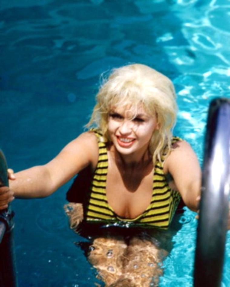 """CITATION / On dirait que le soleil a l'air de s'installer... / """"Elle nage, nage, nage avec rage. Se concentre sur le fond de la piscine, sur le motif de la mosaïque, le joint de ciment. Puis elle crawle face au ciel, du bleu dur des paquets de Gitane"""". (Je vais de mieux en mieux) (2006) Citations de Marie-Dominique LELIEVRE (Références de Marie-Dominique LELIEVRE) (de haut en bas) Vera RALSTON / Jane POWELL / Joan CRAWFORD / Jayne MANSFIELD / Rita HAYWORTH / Natalie WOOD et Tab HUNTER / Yvonne CRAIG / Marilyn"""
