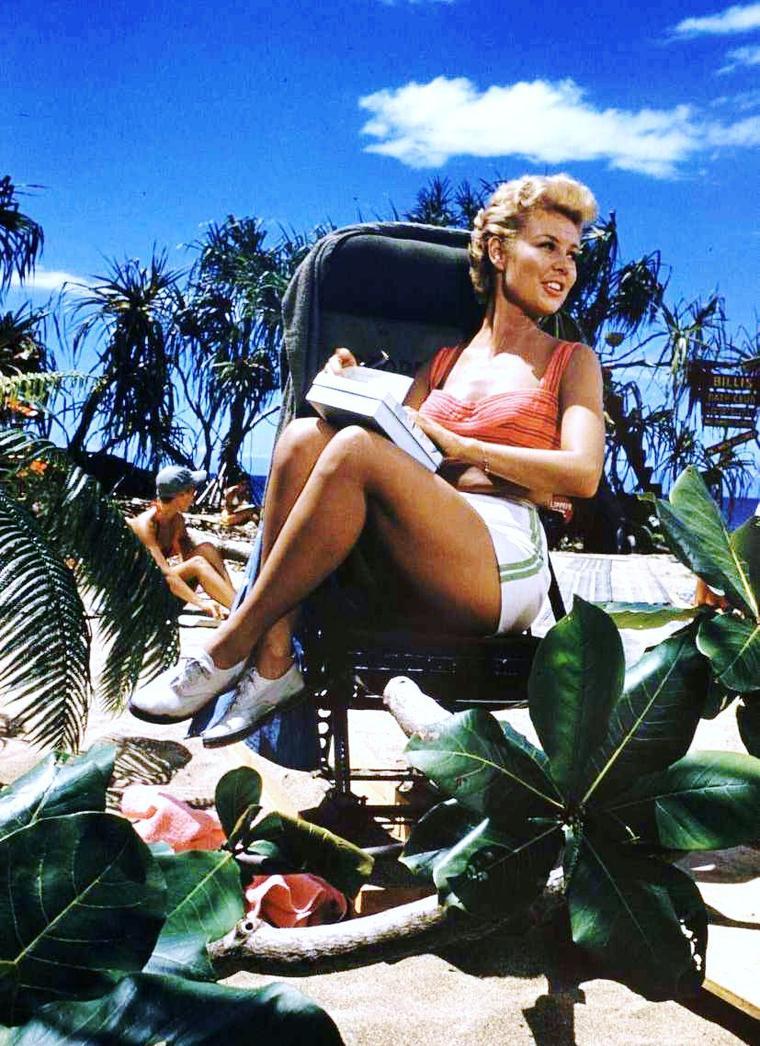 THE SUN SHINNING / Avec ce beau temps, à chacune sa tenue légère estivale... (de haut en bas) Joan BENNETT / Ann MARGRET / Ava GARDNER / Brigitte BARDOT / Gene TIERNEY / Gina LOLLOBRIGIDA / Yvonne CRAIG / Mitzi GAYNOR