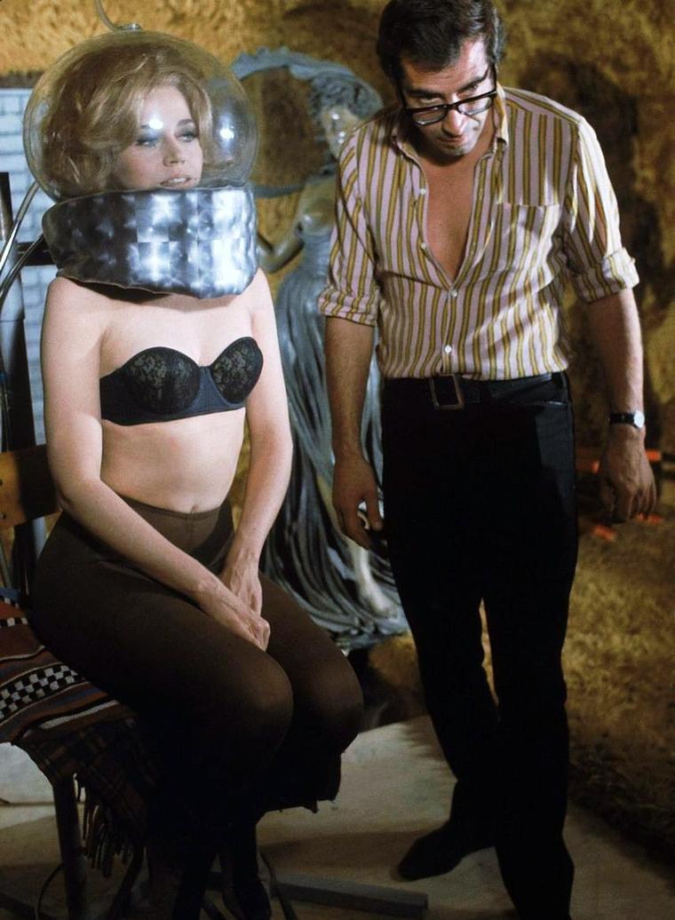 """SCIENCE-FICTION : Aujourd'hui 66ème anniversaire de l'affaire ROSWELL / Pour commémorer cet anniversaire, j'ai choisi des photos de Jane FONDA lors du tournage du film """"Barbarella"""", sorti en 1968. L'histoire se déroulant en l'an 40 000... Elle est dirigée par son mari et réalisateur, Roger VADIM."""