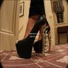# Leighton est sur Twitter, vôtre webmiss se met à l'anglais  _  Et oui, même Leighton est sur Twitter ! : ) Je parcourais ses nombreuses photos, et je suis tombée sur celle ci, des chaussures à talons, assez haute quand même, ... Mais serais-ce de véritables os de dinosaure ? : ) _  Remarque : Oh My God, comment fait-elle pour marcher avec ça ?  _