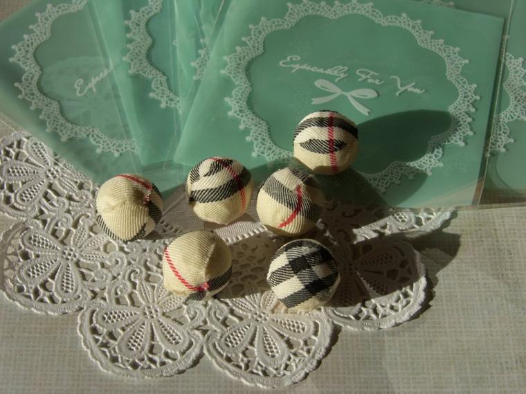 Perles recouverte de tissus effet Burberry 1 euro le lot