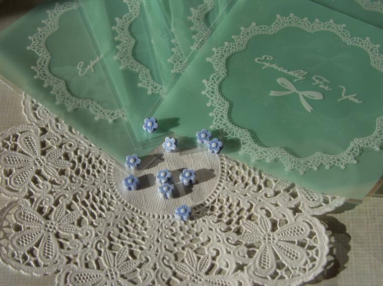 Petites perles fleurs bleues en plastique 30 cent le lot