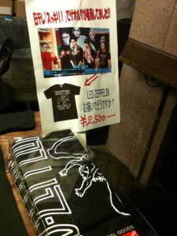 Pour vendre un chandail de Led Zeppelin au Japon, ils ont mis une photo de Georg sur l'affiche alors qu'il porte ce chandail :D