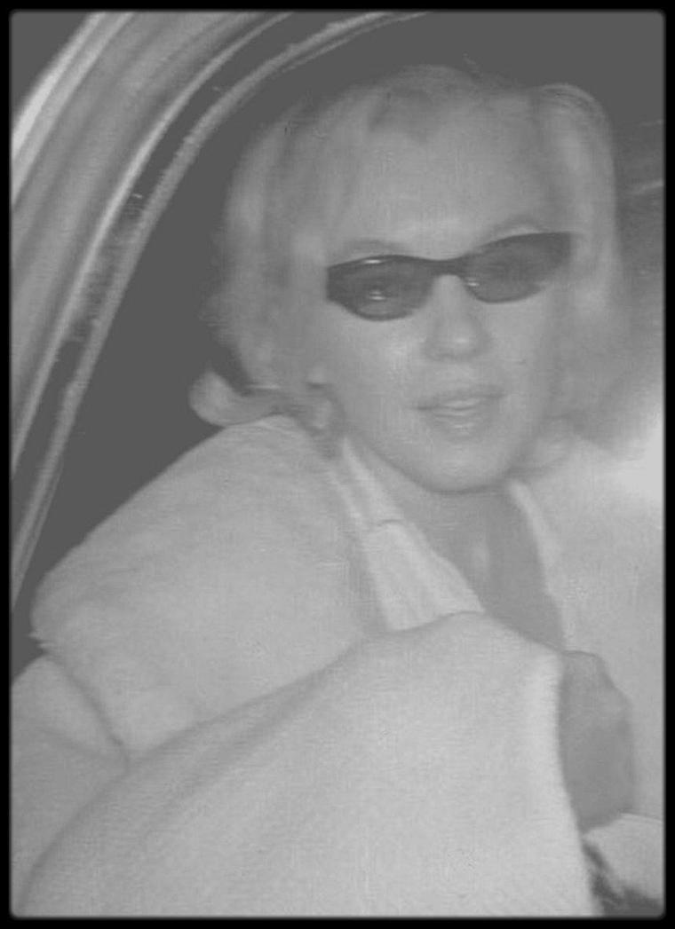 14 Juin 1962 / Le Dr GREENSON conduit Marilyn au bureau médical du Dr Michaël GURDIN à Beverly Hills. Marilyn a dû faire examiner un gros hématome sur sa pommette gauche et aussi le nez, où elle avait des contusions. Elle était tombée dans sa douche une semaine auparavant.