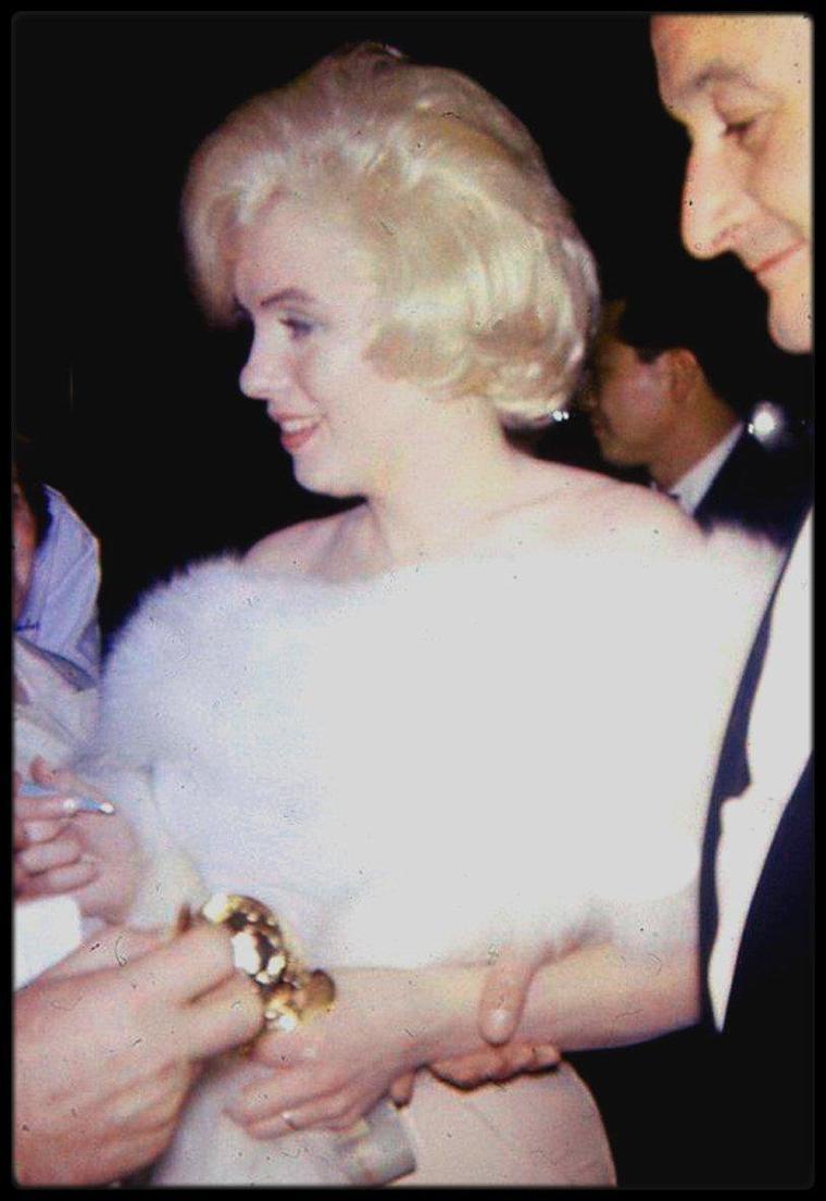 """1960 / Lors de la cérémonie des """"Golden Globe Awards"""" où Marilyn reçoit le célèbre prix pour son interprétation dans le film """"Some like it hot""""."""