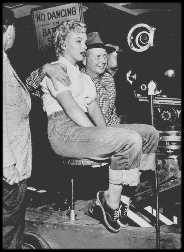 """1951 / Divers moments avec Marilyn lors du tournage du film """"Clash by night"""". Pour son treizième film, la Fox avait loué Marilyn à la RKO.  Il est fort possible que le journaliste Sidney SKOLSKY persuada le producteur Jerry WALD de confier à Marilyn un rôle dans ce film s'inspirant d'une pièce de théâtre de Clifford ODETS, qui avait été jouée à Broadway. Marilyn avait lu la pièce à l'époque où elle travaillait à """"l'Actors Lab"""". Pour la première fois, elle allait se dégager des rôles de secrétaire ou de jolie blonde dans lesquels on la confinait jusque là. Le tournage eût lieu à Monterrey, en Californie et fut une réelle épreuve pour le réalisateur, Fritz LANG. Celui-ci supportait mal toutes les exigences de Marilyn, et particulièrement la présence de Natasha LYTESS (que Marilyn avait imposée pour l'aider à exprimer le meilleur du rôle) qui anticipait ses directives. Mais avec Marilyn ils trouvèrent un compromis et le tournage put continuer. Dans la publicité précédent la sortie du film, la RKO se servit largement de l'anecdote de Marilyn, petite fille de l'orphelinat, regardant les studios par la fenêtre, en rêvant à des jours meilleurs. Mais le scandale du calendrier de nus éclata : il assura au film une énorme publicité gratuite et fit de Marilyn une vedette. Le film était produit par Harriet PARSONS, soeur de Louella PARSONS, l'une des journalistes les plus importantes d'Hollywood."""