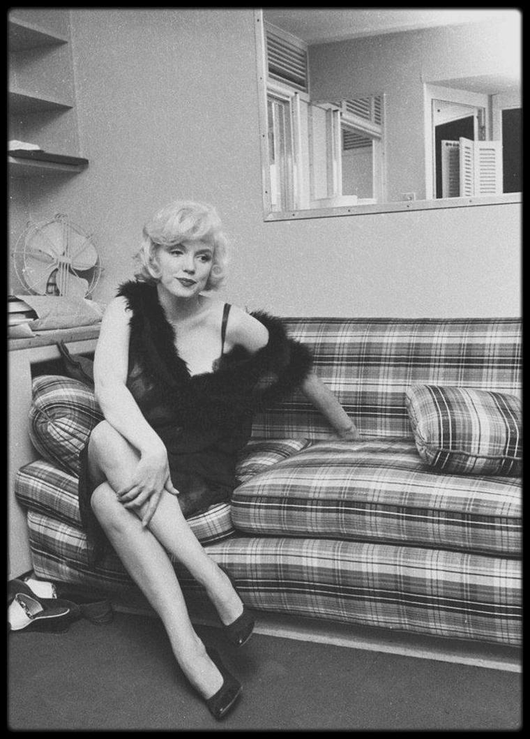 """1958 / Petite pause pour Marilyn lors du tournage de """"Some like it hot""""... Rappelons que pendant le tournage Marilyn était enceinte."""