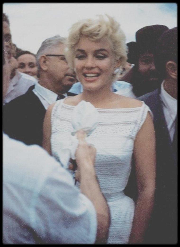 6 Août 1955 / (Photos Eve ARNOLD)... Marilyn en visite dans la petite ville de Bement, Illinois, conviée pour l'inauguration d'un musée Abraham LINCOLN, dont Marilyn était fervente admiratrice ; elle se plaisait à dire que le père rêvé ressemble à l'homme politique, elle qui ne connut jamais le sien... (part II).